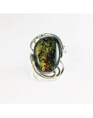 Zakręcony pierścionek z zielonym bursztynem