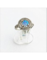Ozdobny pierścionek z opalem australijskim i cyrkoniami