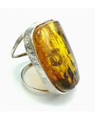Elegancki pierścień z jasnokoniakowym bursztynem
