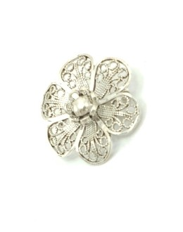 Broszka kwiatek ze srebrnej koronki