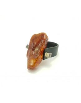 Oryginalny pierścionek z bursztynem na kauczuku
