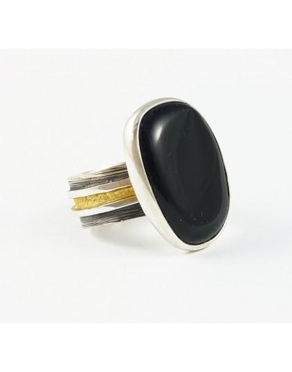 Czarny bursztyn z elegancką obrączką