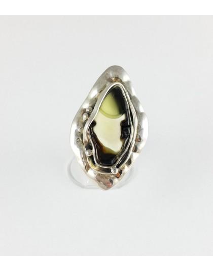 Nowoczesny pierścionek z białym bursztynem